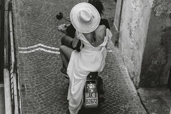 moto-pareja-italia-vespa-bambivva